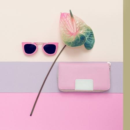 유행: 여성 패션 액세서리. 핑크 클러치와 선글라스. 파스텔 색상 동향 스톡 콘텐츠