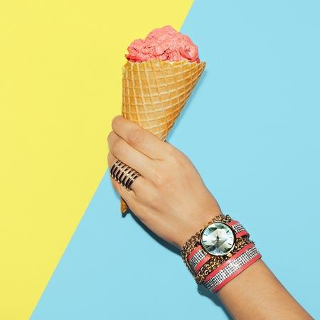 세련된 바닐라 여름. 유행 액세서리. 반지, 시계 및 팔찌