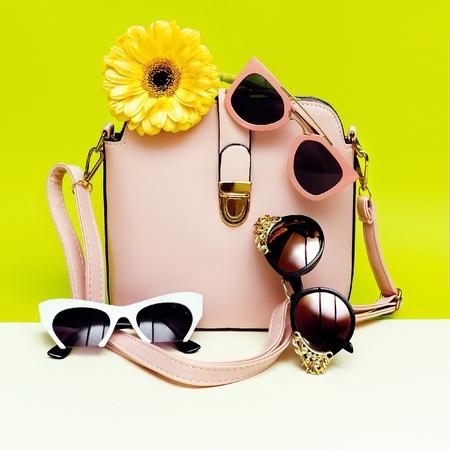 あなたのサングラスを選択します。あなたのスタイル。女性のファッションアクセサリー。 写真素材