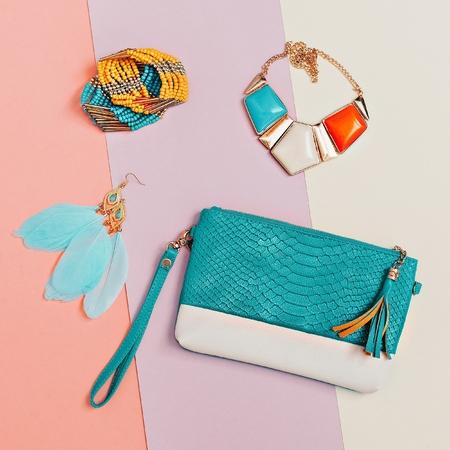 Sii elegante. Accessori da donna alla moda. Collane, bracciali, orecchini, clutch. Moda di dettaglio Archivio Fotografico - 74135705
