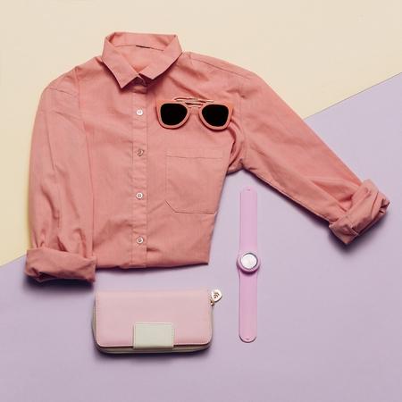 moda ropa: Ropa y accesorios de moda para damas. Monedero, relojes, gafas de sol. Camisa rosa Colores pastel Tendencia Verano mínimo
