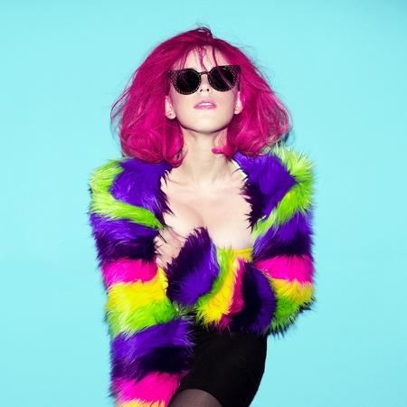 赤い派手な髪、毛皮のコートを持つ女性。スタイリッシュなサングラス クラブ スタイル パーティー 写真素材