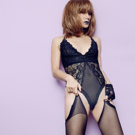 Modèle sexy en sous-vêtements et bas en dentelle noire. Gants en dentelle. Rouge à lèvres noir. Graceful passion fashion concept details trend lingerie