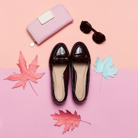 레이디 및 액세서리 클러치 및 안경 컨셉에 대 한 유행 빈티지 신발 최소 디자인 아트 스톡 콘텐츠