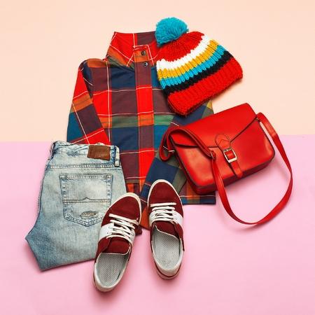服の流行のセット。市松模様のジャケットと明るいアクセサリー。流行に敏感なトレンド スタイル。春のカジュアルな都市 写真素材