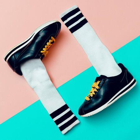 teen golf: Arte creativo minimalista de la manera. Zapatillas de deporte y calcetines con estilo.