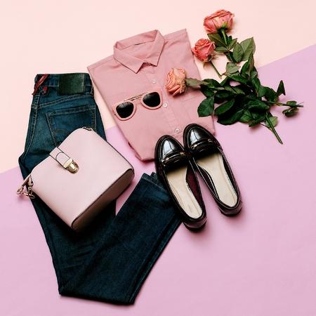 ロマンチックな服を設定します。街のカジュアルなファッション。春、ピンク。スタイリング アクセサリー。ピンクの t シャツ。ジーンズ。バッグ