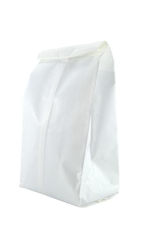 white paper bag: Blanco bolsa de papel blanco sobre fondo blanco Studio foto Foto de archivo