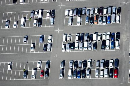 aerial: Vista aérea de un estacionamiento con muchos coches