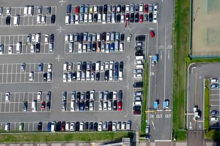 cenital: Vista aérea de un estacionamiento con muchos coches
