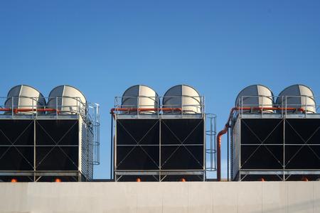 energia electrica: Aire acondicionado industrial en el techo contra el cielo azul Foto de archivo