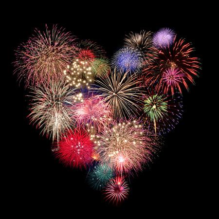 julio: Fuegos artificiales del corazón Celebración en el fondo negro Foto de archivo