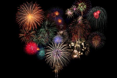 fireworks: Fuegos artificiales de la celebraci�n en la noche en el fondo negro