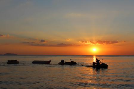 jet ski: hermosa puesta de sol en el mar con jet ski