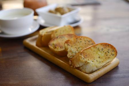 ajo: El ajo y pan de hierbas. Foto de archivo