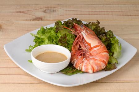 jumbo shrimp: Jumbo Shrimp with salad region in wood.