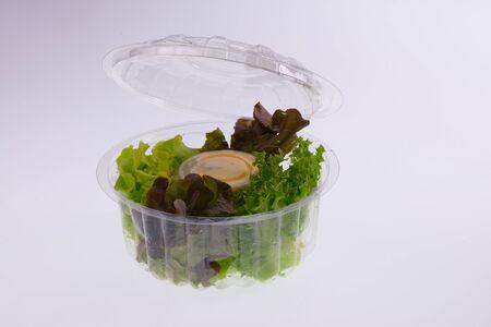 envases plasticos: Ensaladas frescas en cajas de plástico Foto de archivo