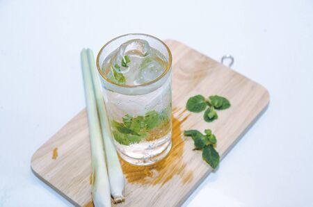 coctel de frutas: taza de té verde con menta, hierba de limón, enfoque suave