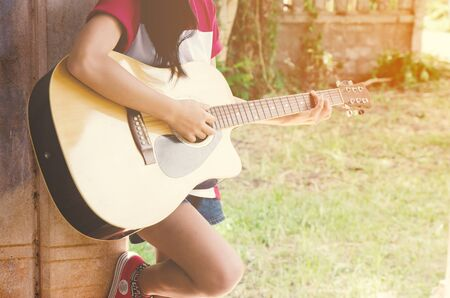poses de modelos: Young woman and guitar standing