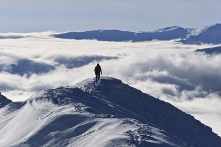bergbeklimmen: klimmer op de berg in de winter, Piatra Craiului Bergen, Roemeni