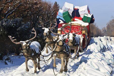 un carro tirato da quattro renne con doni