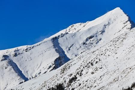 fagaras: invernale paesaggio di montagna con un cielo blu, montagne di Fagaras, Romania
