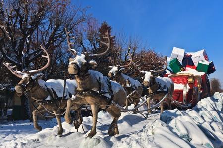 una carrozza trainata da quattro renne con i regali