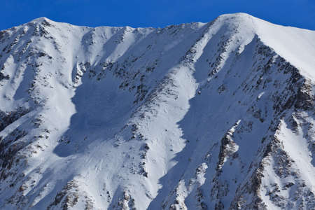 fagaras: paesaggio invernale montagna con un cielo blu, montagne Fagaras, Romania