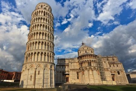 pisa: Gezicht op Scheve toren en de basiliek, het Piazza dei Miracoli, Pisa, Italië