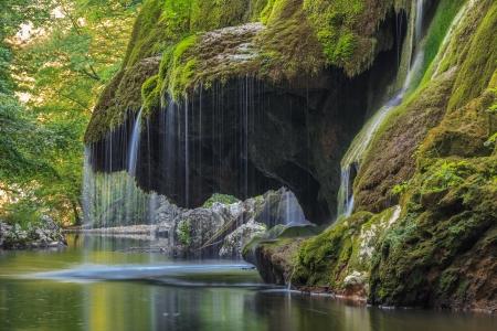 Cascata Bigar. Situato all'intersezione con il parallelo 45 in Romania. Archivio Fotografico