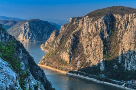 """Paesaggio in Gole del Danubio """"Cazanele Mari"""" visto dal lato rumena."""
