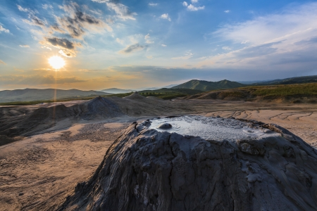Alba nei vulcani di fango. Buzau, Romania Archivio Fotografico