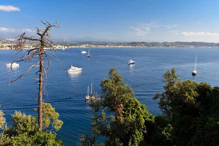 Bella linea costiera panoramica sulla Costa Azzurra vicino a Cannes, Francia