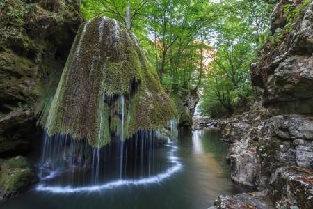 Cascata Bigar. Situato all'intersezione con il parallelo 45 in Romania