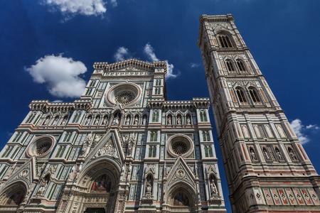 La Basilica di Santa Maria del Fiore e il Campanile di Giotto - famosi monumenti di Firenze in Italia