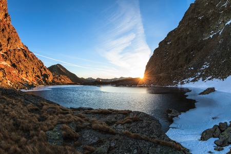 fagaras: sorgere del sole nel lago Caltun. Monti Fagaras, Romania