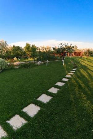 empedrado: un callejón pavimentado en un jardín de la primavera