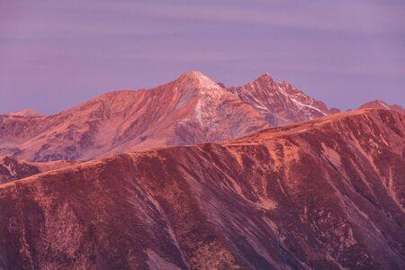 wschód słońca w górach Fogaras, Rumunia. Szczyt Lespezi 2517m i szczyt Negoiu 2535m