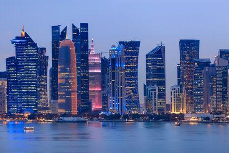 Architektur von Doha bei Nacht. Doha, Ad-Dawhah, Katar.