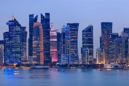 arquitectura de Doha por la noche. Doha, Ad-Dawhah, Qatar.