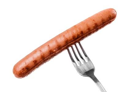 perro caliente: un delicioso embutido en un tenedor sobre blanco