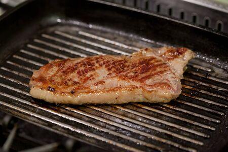 una cocción de carne en una sartén sucia Foto de archivo - 18177777