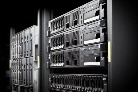 virtualizacion: Red de servidores de disco duro en un centro de datos. Tragar la profundidad de campo Foto de archivo