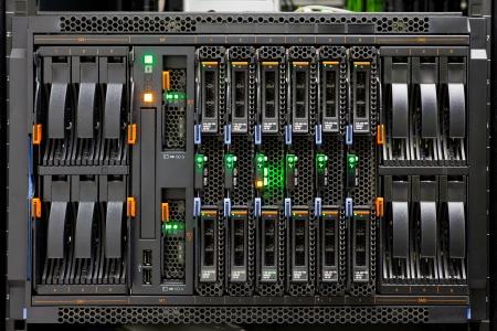 virtualizacion: Panel rack de servidor de red con discos duros en un centro de datos. Foto de archivo