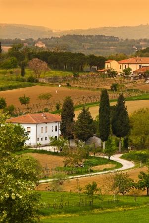 Un pequeño pueblo de la Toscana en el amanecer Foto de archivo