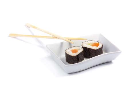 maki sushi: Deux maki sushi sur un plateau blanc isol� sur un fond blanc avec des baguettes