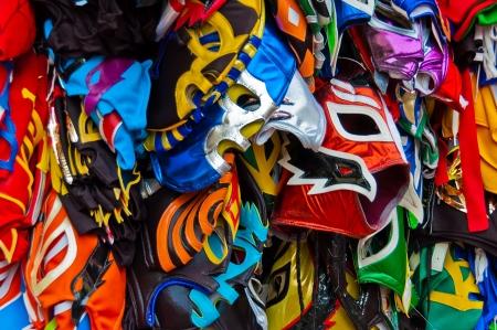 una gran cantidad de máscaras de lucha libre