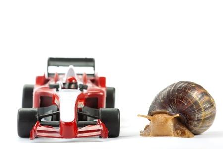 drag race: A Caracol y s coche de juguete listo para la carrera Foto de archivo
