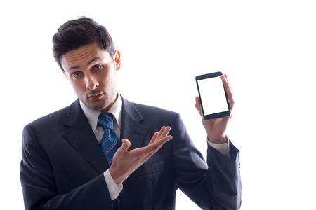 Un joven hombre de negocios la celebración de un smartphone con pantalla en blanco aislado en un fondo blanco