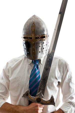 Un hombre de negocios joven aislado en un fondo blanco con una espada de acero y el uso de un mando